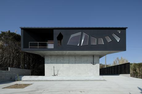 A house awaiting death by Eastern Design Office 6