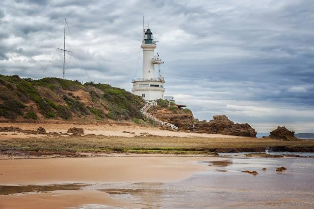 point lonsdale lighthouse at low tide