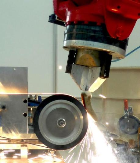 A robot automatically restores the damaged sections of a turbine blade. (Credit: Fraunhofer IWF TU Berlin)