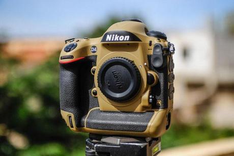 Photographer Gives His Nikon Gear a DIY Desert Mirage Lizard Paint Job XWWRKTr