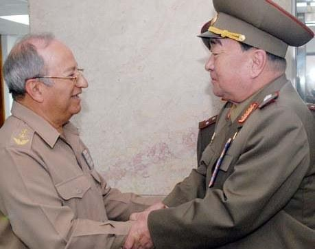 Gen. Kim Kyok Sik (R) greets Gen.  Leopoldo Cintra Frías, Minister of the Revolutionary Armed Forces in Havana on 30 June 2013 (Photo: FAR/PRLNA).