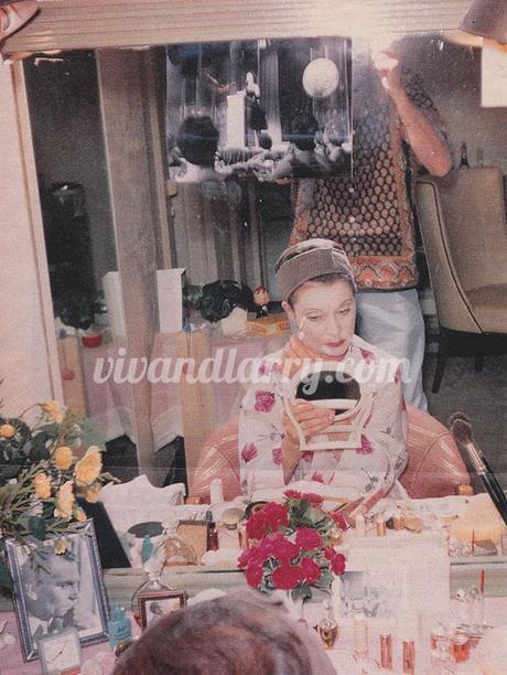 Vivien Leigh applying make-up