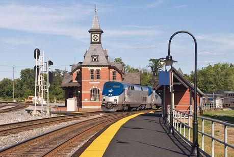 800px-Capitol_Limited_at_Point_of_Rocks