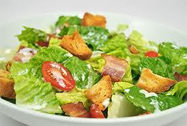 Salad of lettuce, bacon and tomatoes with garlic cream