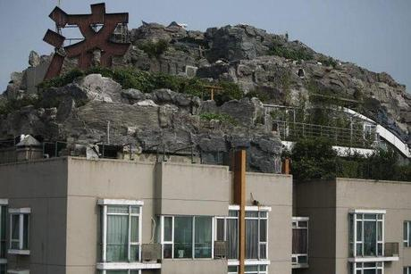 chinese-man-fortress-building-2