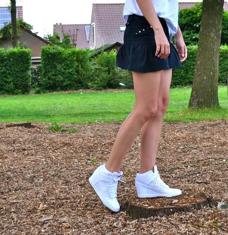 nike dunk sky high hi white mesh mexx skirt topshop tee t shirt omg oh my god citate words contrast black and white outfit fashionblogger belgium