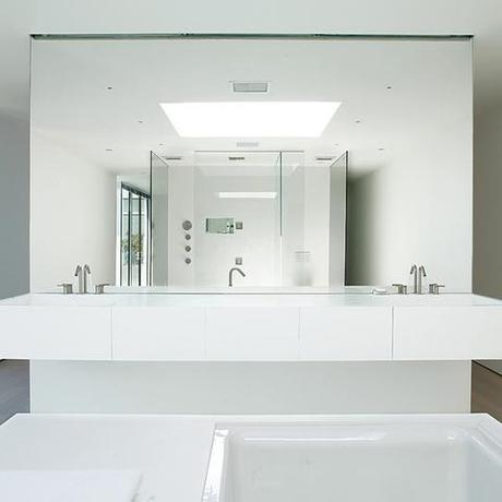 all white bathroom 5 luxurious all white bathrooms paperblog 10082