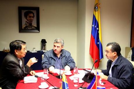 DPRK Ambassador Jon Yong Jin (L) meets with the chairmen of the Venezuelan National Assembly Commission on Foreign Policy, Sovereignty and Integration Yul Jabour (C) and Julio Chávez (R) on 4 October 2013 (Photo: Prensa AN).