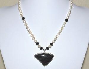 Photo pearl obsidian pendant