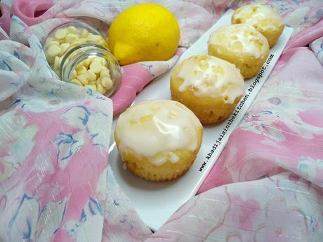 WHITE CHOCOLATE CHIPS AND LEMON MUFFINS / MUFFINS AUX PÉPITES DE CHOCOLAT BLANC ET AU CITRON / MAGDALENAS DE CHISPAS DE CHOCOLATE BLANCO Y LIMÓN /مافن حبيبات الشوكولاتة البيضاء والليمون (حامض)