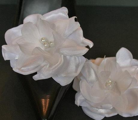 wrap-it-up-elegant-white-flower-bridal-sash-L-Wp49sB.jpeg
