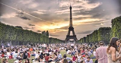 eiffel-tower-at-night-picnic