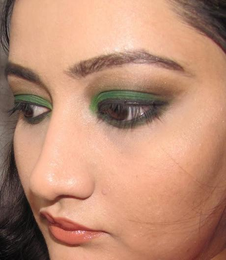 GO GREEN EVEN ON THE EYES LOTD USING GREEN EYESHADOW