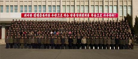 Commemorative photo of Kim Jong Un and employees and managers at the State Academy of Sciences (Photo: Rodong Sinmun).