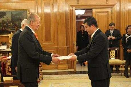 DPRK Ambassador to Spain Kim Hyok Chol (R) presents his letter of credence to King Juan Carlos I at the Zarzuela Palace in Madrid on 15 January 2013 (Photo: Casa de S.M. el Rey / Borja Fótografos)