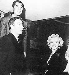 ja: 新婚旅行中に帝国ホテルに滞在するジョー・ディマジオ・マリリン・モンロー夫妻。後方は犬...
