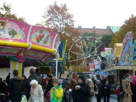 Entertainment for the kiddies at Auer Dult Dish Market
