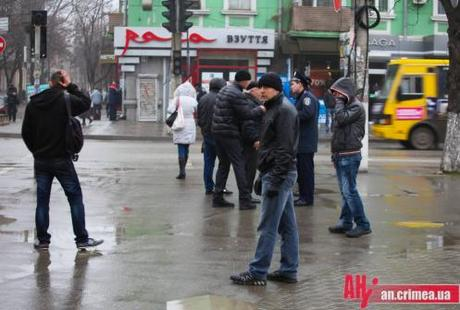 Residents of Sevastapol question police officers. (foto: All News Crimea)