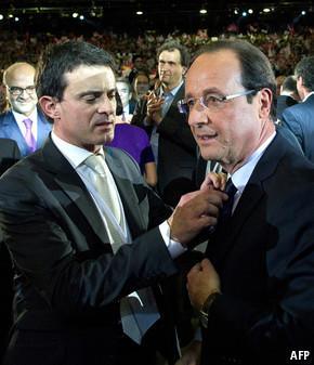 Manuel Valls fixing tie of President François Hollande