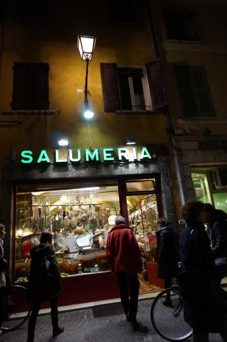 Mantua Mantova Italy daytrips from Modena what to do in Modena, #Mantua, #Mantova, #Modena, what to do in Modena, Italy, daytrips from Modena, Palazzo Ducale, Reasons to Dress.com, reasonstodress, reasonstodress.com, #reasonstodress, travel, expat,#travel, #expat, #italy, family vacation in Italy, Italy with kids