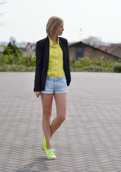 outfit matchy matchy mellow yellow neon yellow vans black blazer bershka h&m denim shorts jbc shirt outfit post fashion blogger turn it inside out belgium neon matchy trend ray ban aviator sunglasses