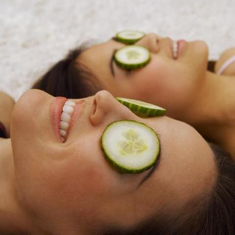 cucumber soothes itching eyes