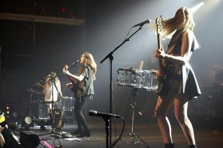 20140510HAIM WHP 1 620x413 HAIM PLAYED A SOLD OUT SHOW AT TERMINAL 5 [PHOTOS]
