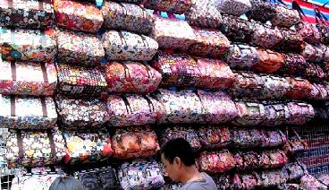 Haggling-In-Hong-Kong-Ladies-Market-Handbags
