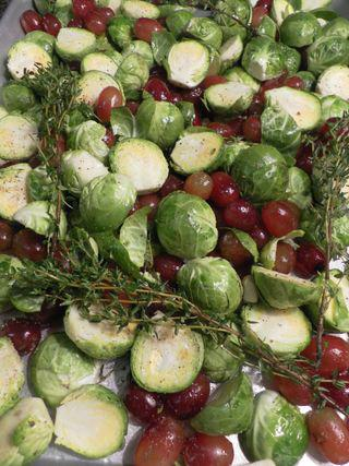 Roasted brusselsprouts & grapes - toss ingredients2