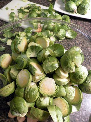 Roasted brusselsprouts & grapes - prepare ingredients