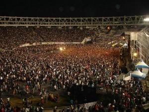 gente estadio unico 300x225 Survival Tactics for Rock Concerts in Argentina
