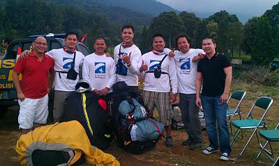 Ladies and gentlemen, our paragliding team at the SEA Games, Jakarta.