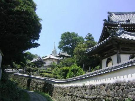 IMG 9153 教会と寺院が共存するまち,平戸 / Hirado, a combination of  Catholic Church and traditionally Japanese tiled roofs of the two temples
